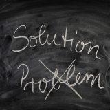 Kreidetafel mit den Wörtern Solution und Problem