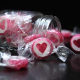 Ein Glas mit Zuckerln mit Herzmotiv als Symbol für Social Media und Apothekerkammer