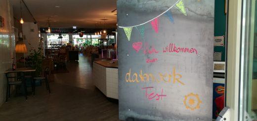 Foto: Willkommenstafel am Eingang zum Lokal