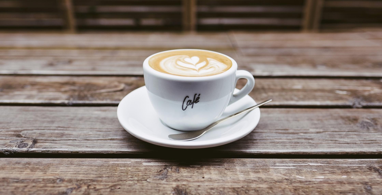 Foto Kaffeetasse mit Milchkaffee. Foto von Pixabay.