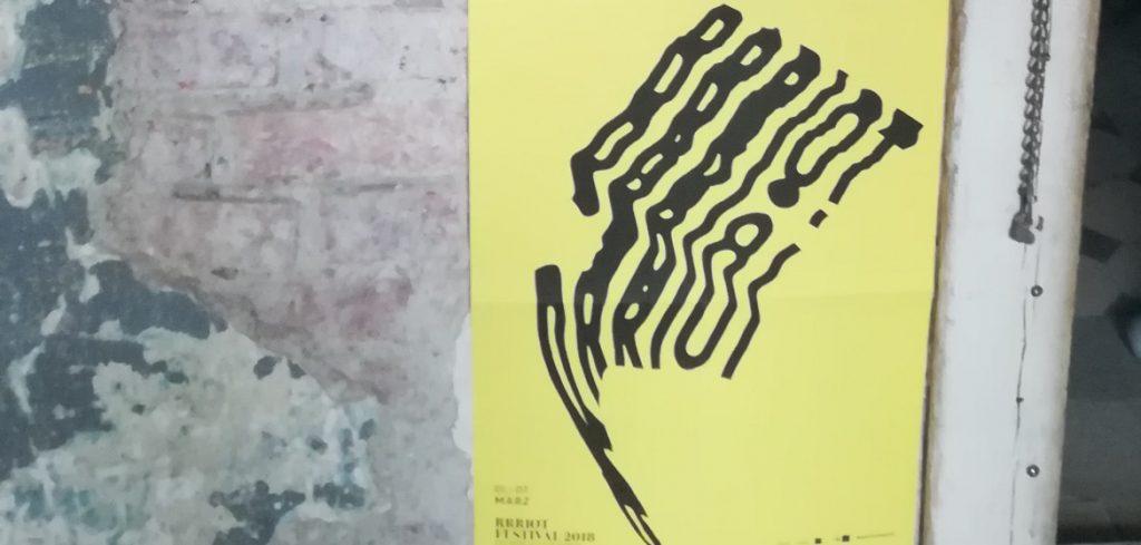 Foto: Plakat von Business Riot auf alter Wand