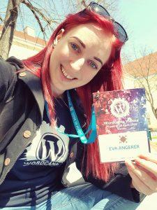 datenwerkerin Eva am Uni Campus mit dem Konferenz Ticket