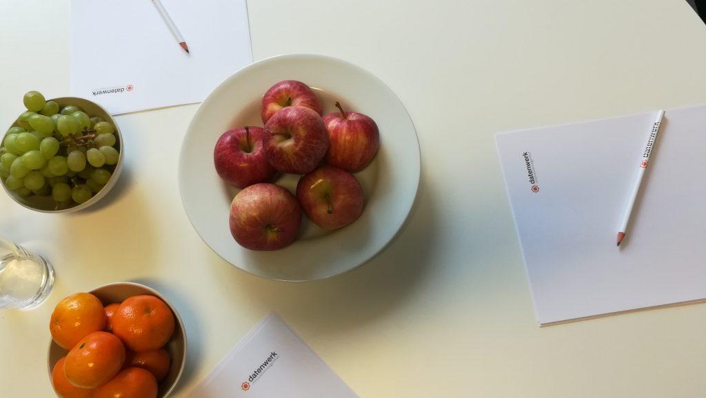Foto von Tisch mit Obst und Datenwerkpapier