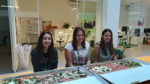 Foto mit Pizza und drei Mädchen