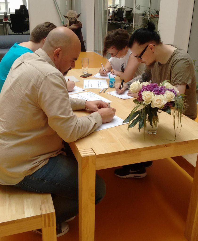 die datenwerkerinnen Melanie, Julia, Timo und Peter beim Freewriting