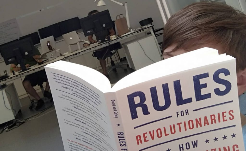 "datenwerkerin Petra liest im Buchtipp ""Rules for Revolutionaries"""