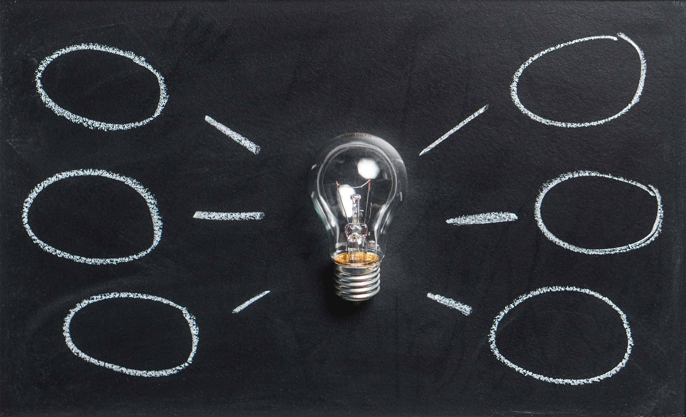 Bild mit Glühbirne auf einer Schiefertafel symbolisiert die vielen Ideen, die ein Praktikum im datenwerk bringt