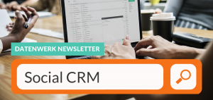 """Im Hintergrund eines Bild eines Laptops auf ienem Schreibtisch. Im Vordergrund ein Internet Suchfeld mit dem Text """"Social CRM"""""""