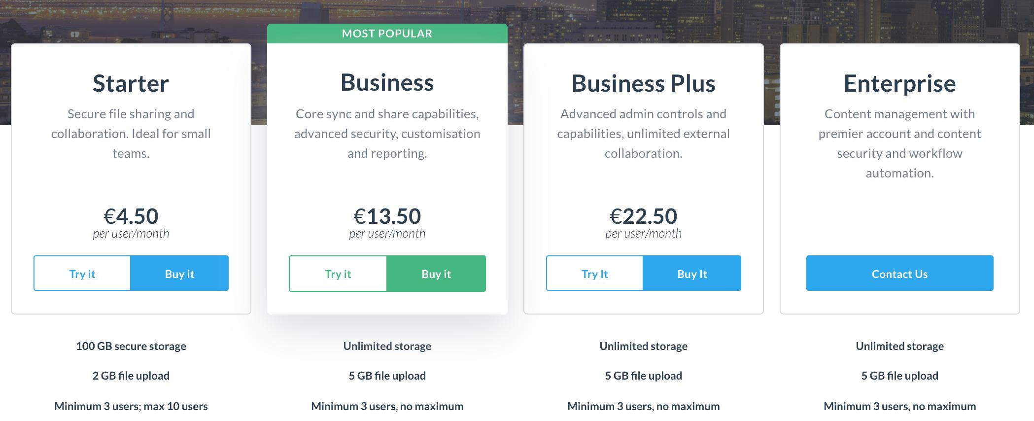 Das Bild zeigt vier verschiedene Abonnements-Möglichkeiten. Drei davon sind blau, die vierte grün hervorgehoben. Nutze diesen Mechanismen der Psychologie um die User Experience zu verbessern.