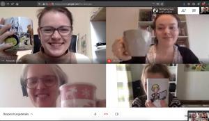 Digitale Meetings: vier Frauen mit Kaffeetassen beim Videocall