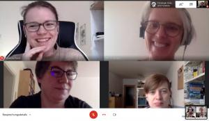 Digitale Meetings: Screenshot von einer Videikonfernez mit vier lächelden Frauen