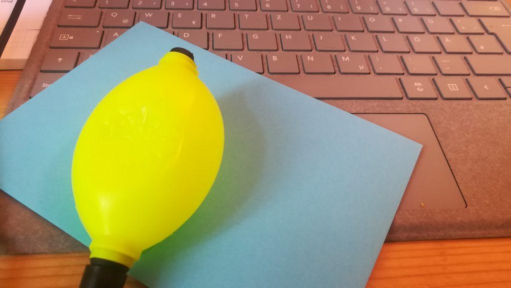 Bild eines gelben und blauen Gegenstands auf einer Tastertur