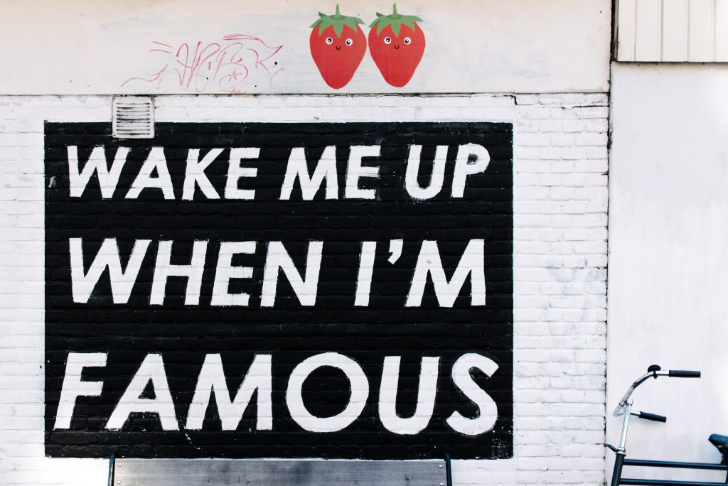 "Wand mit Graffiti ""Wake me up when I´m famous"""