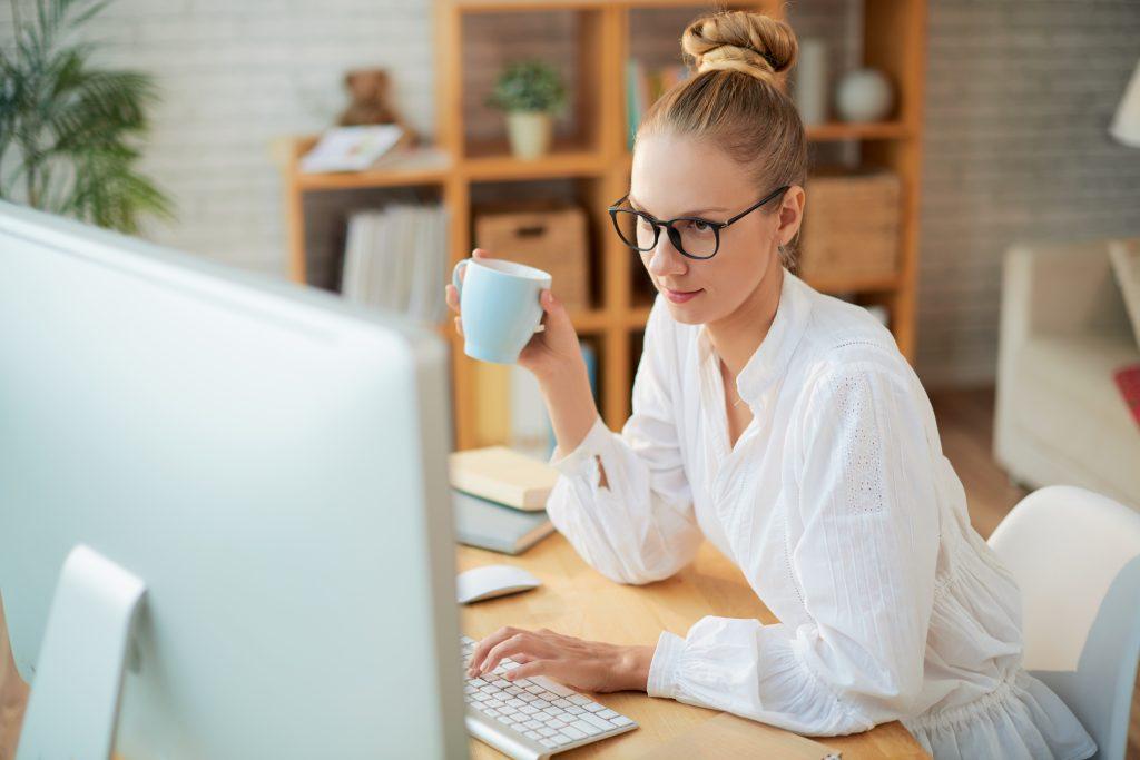 Frau mit Kaffe im Home Office beim lesen des Artikel 10 Tipps für gute online Workshops