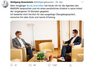 Rudi Anschober und Wolfgang Mückstein im Gespräch. Mückstein trägt Turnschuhe.