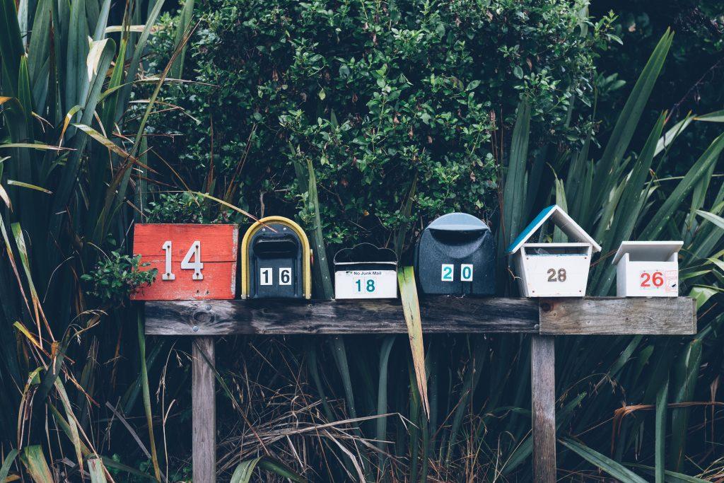 Postkästen in unterschiedlichen Farben und Formen