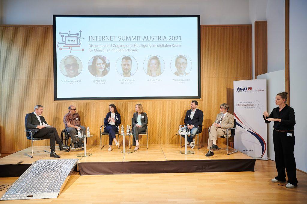 Auf dem Podium v.l.n.r.: Fran Zeller, Shadi Abou-Zahra, Edvina Bešić, Victoria Purns, Wolfram Huber, Wolfgang Zagler
